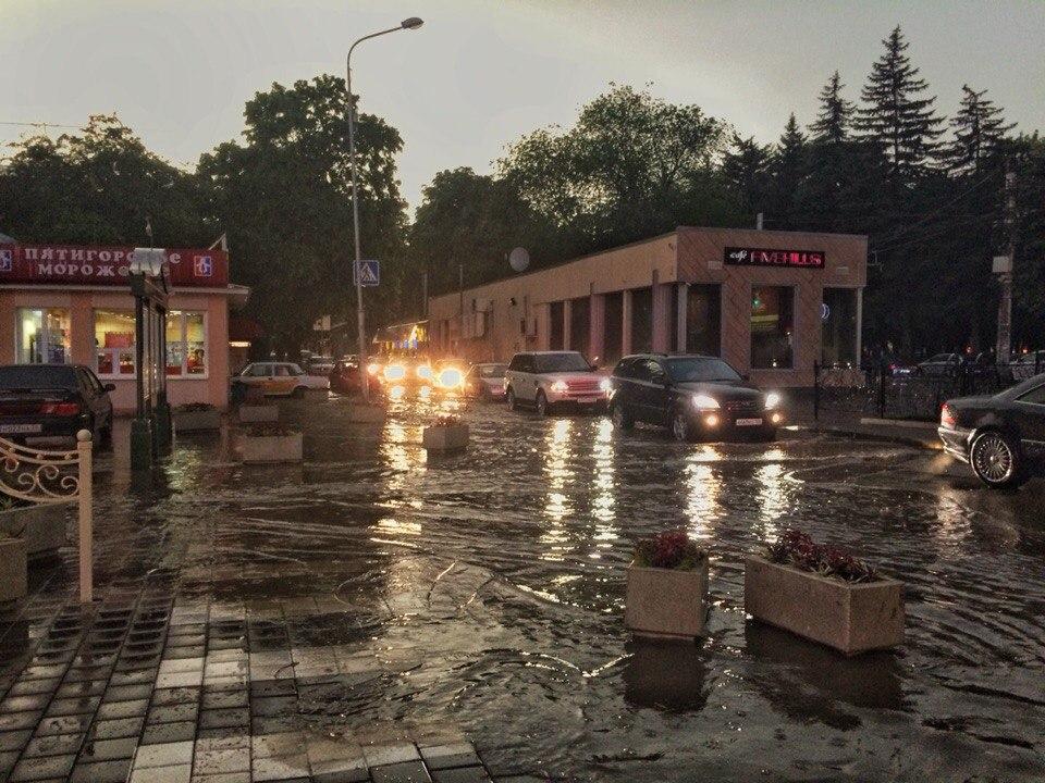 """Дождь в Пятигорске. Небольшой потоп.  ТРЦ """"Галерея"""",  кафе """"FIVEHILLS"""", 40 лет Октября, бродвей"""