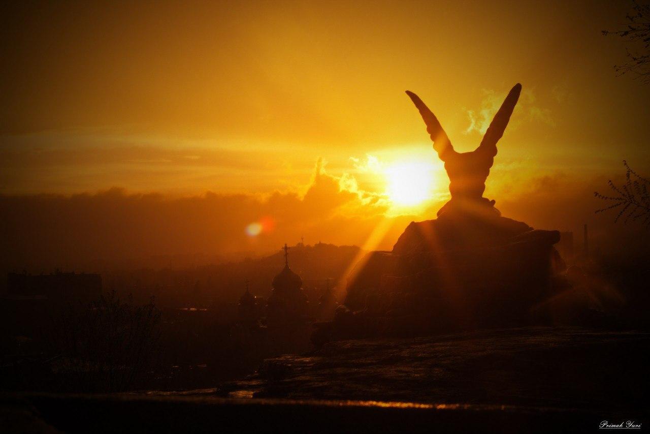 Пятигорский орел, скульптура, памятник.  Закат.