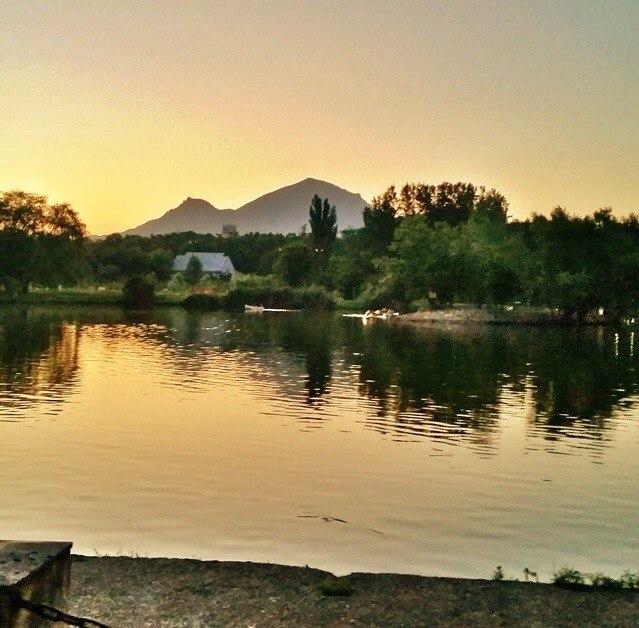 Пятигорск, озеро в парке имени  Кирова, фото. Вид на гору Бештау.