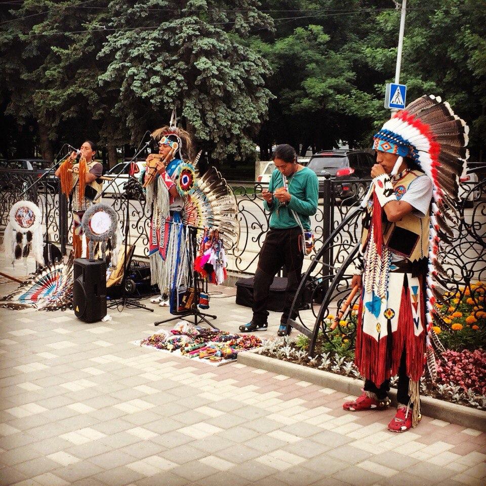 Индейцы в городе Пятигорске. Парк Кирова, улица 40 лет Октября,  Бродвей.