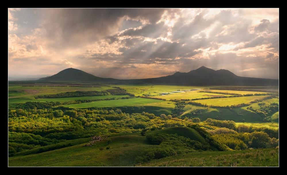 Фото: гора Машук и гора Бештау, а вокруг - зеленые луга весеннего Кавказа
