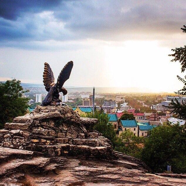 Пятигорск, скульптура орла, подножие горы  Машук, вид на город Пятигорск, символ Пятигорска и КМВ