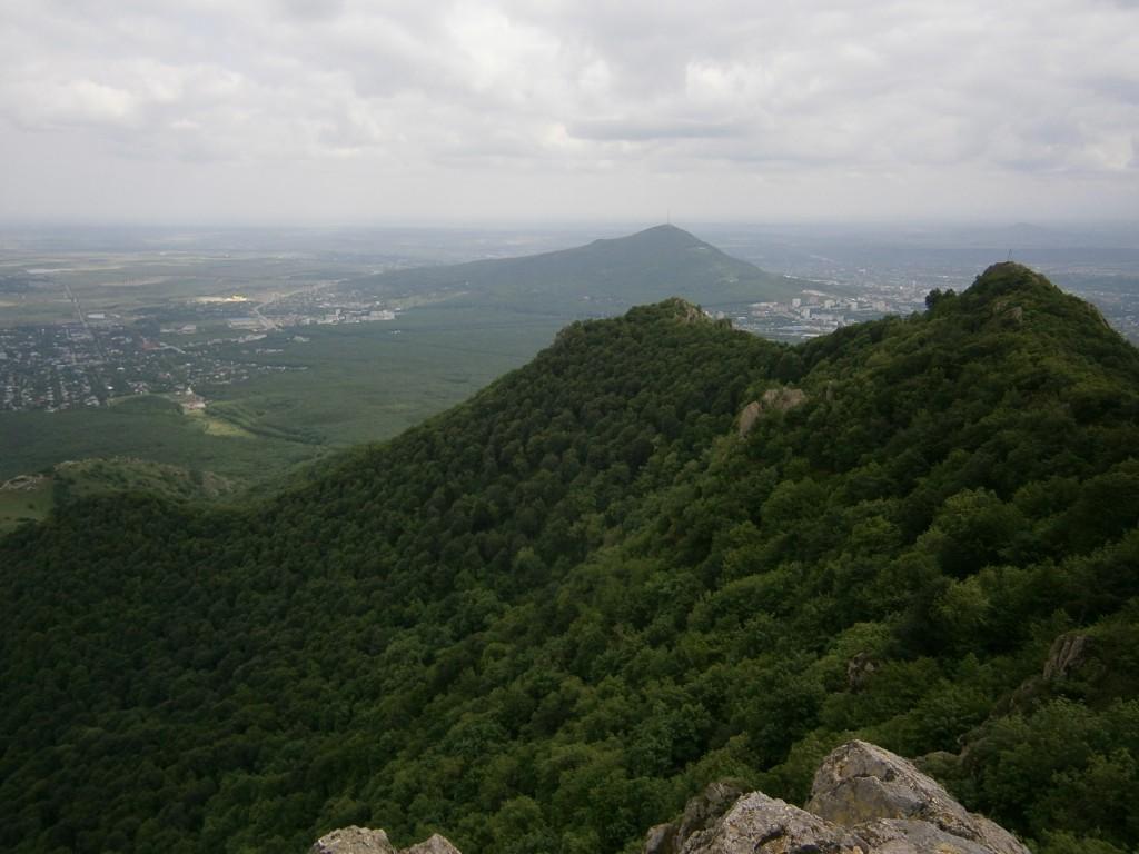 город Пятигорск, гора Бештау, вид с вершины Козьи Скалы на Иноземцево и поселок Энергетик. Бештаугорский лес.