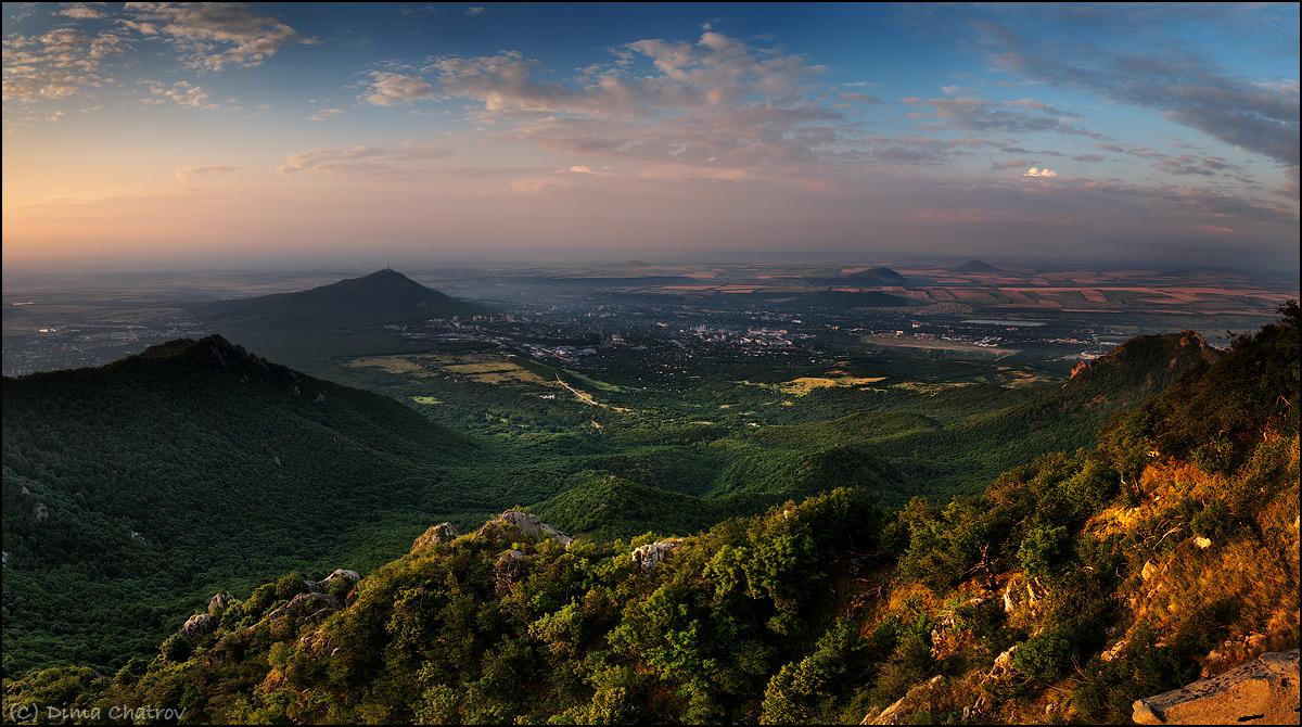Фото Пятигорска на рассвете с вершины горы  Бештау. Вид на гору Машук.