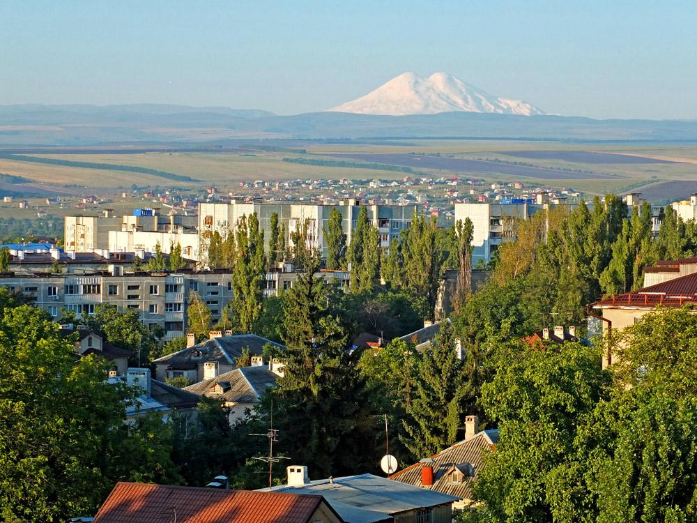 Гора Эльбрус, вид из города Пятигорска