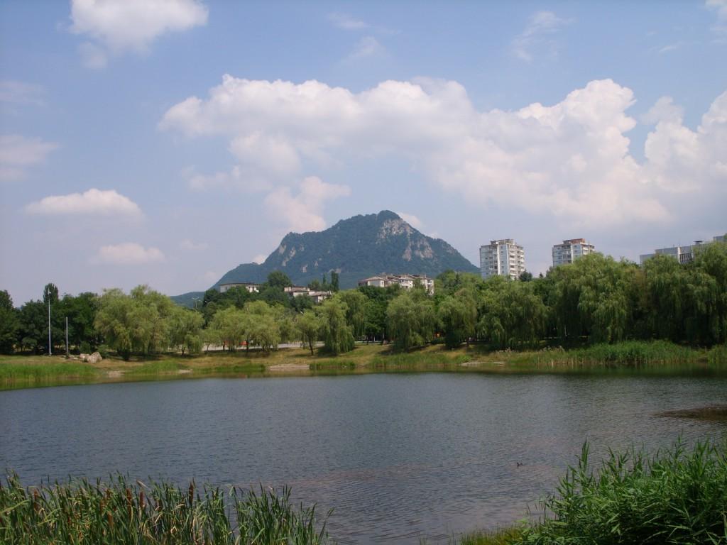 Фото горы Развалки из городского парка города Кисловодска, озеро в Кисловодском городском парке