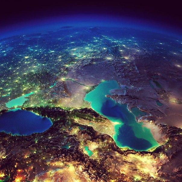 Ночной Кавказ и юг России - вид из космоса. Черное и Каспийское море.