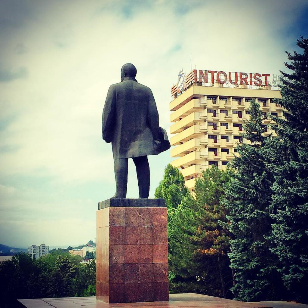 Памятник Ленину в городе Пятигорске.  Монумент установлен напротив  здания городской администрации и площади Ленина, недалеко от гостиницы Интурист