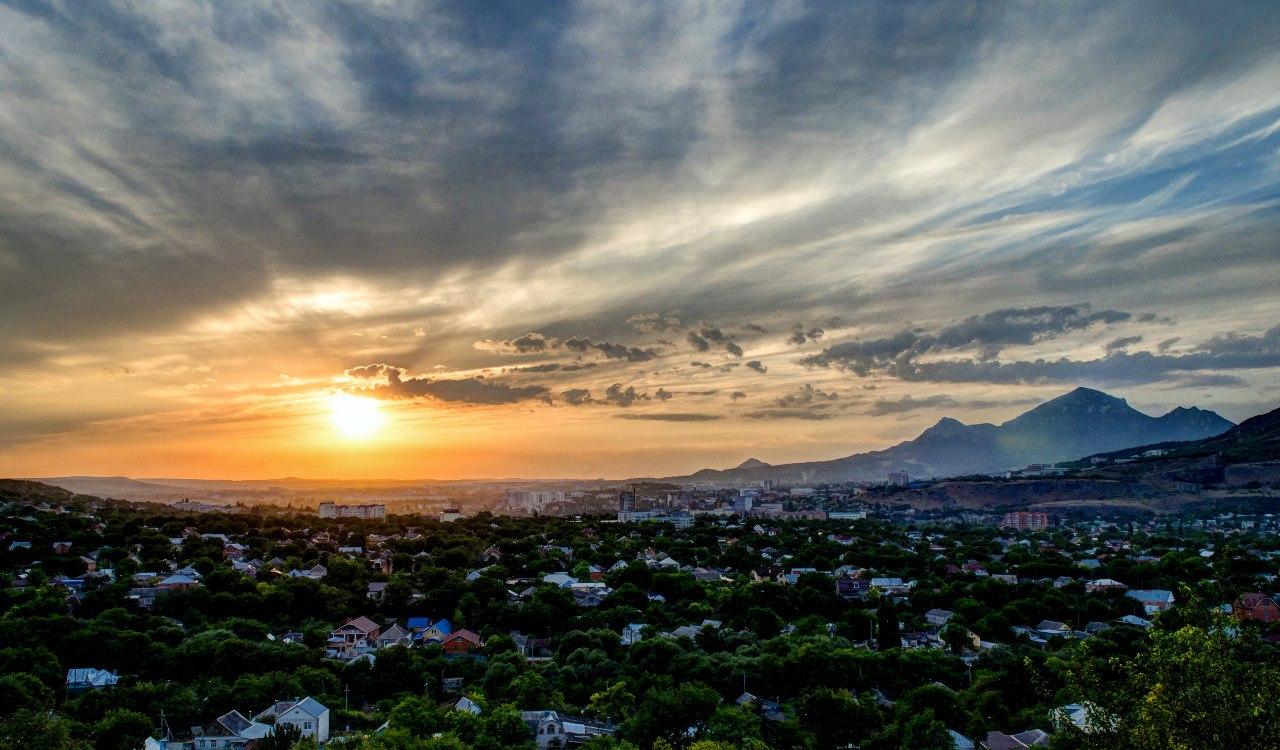 Летний закат в Пятигорске. Вид на город и гору Бештау.