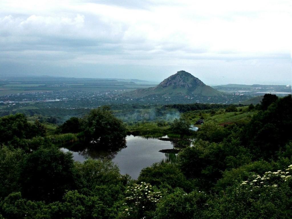 Монастырское озеро, город Пятигорск, гора Шелудивая, вид на город Лермонтов и поселок Винсады