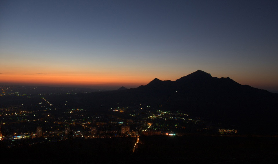 Ночной Пятигорск, вечерний Пятигорск, гора Бештау, город, фото