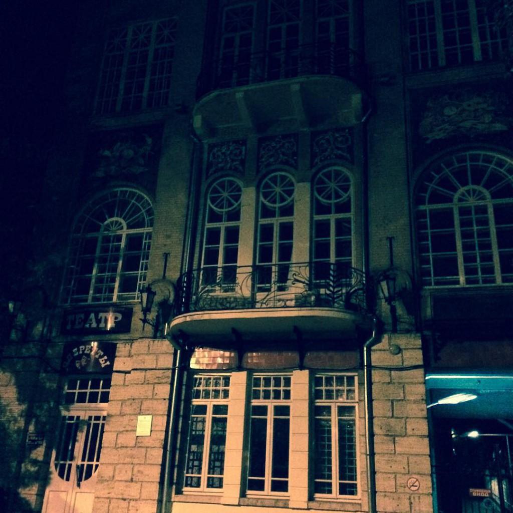 Ставропольский государственный краевой театр оперетты ночью, город Пятигорск