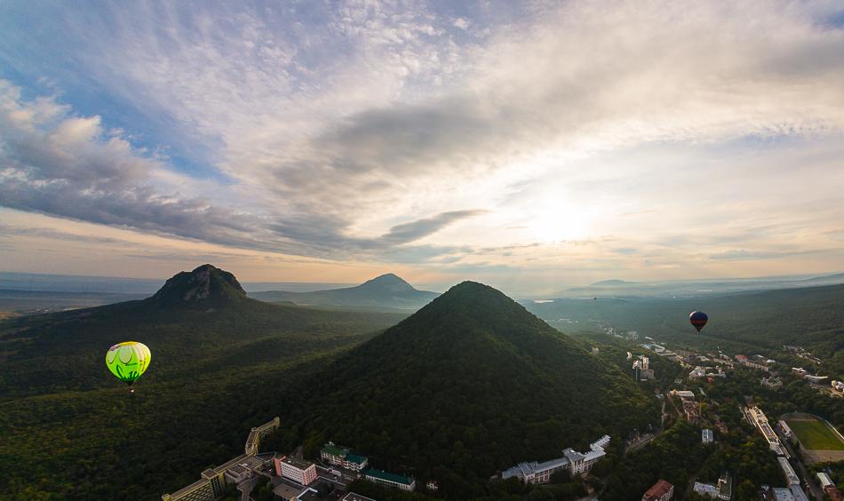 Гора Развалка, Железная и Змейка - вид с воздушного шара