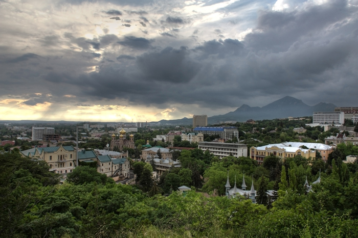 город Пятигорск, фото с горы Горячей, гора Бештау, пасмурно