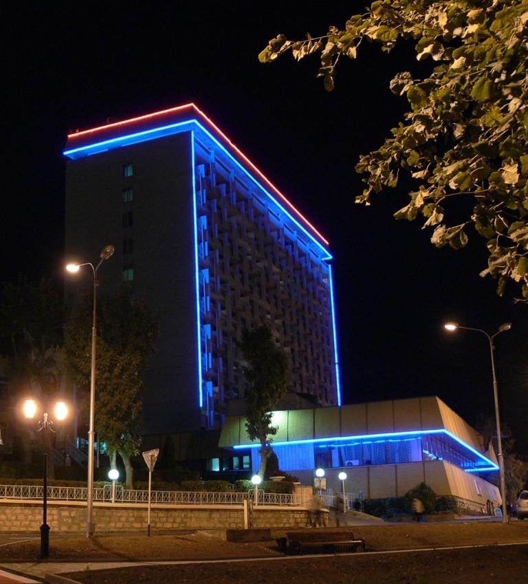 Санаторий Родник - центральное здание. Город Пятигорск, ночь.