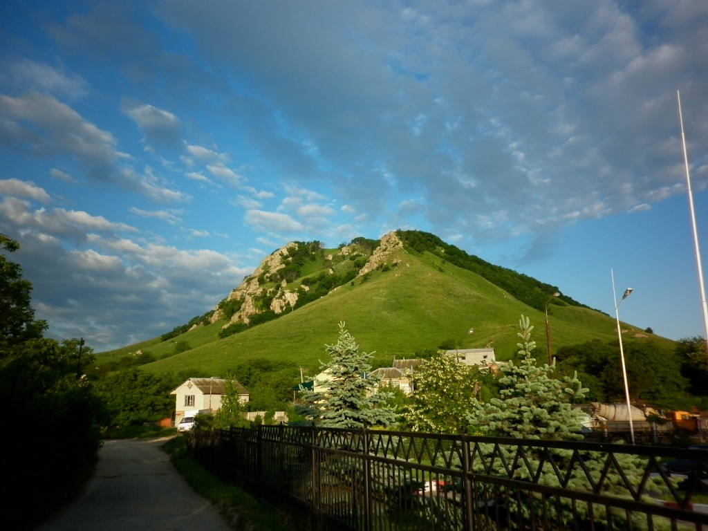 На фото: гора Шелудивая (высота вершины 874 м,  памятник природы), вершина Пятигорья, дачный поселок, город Лермонтов