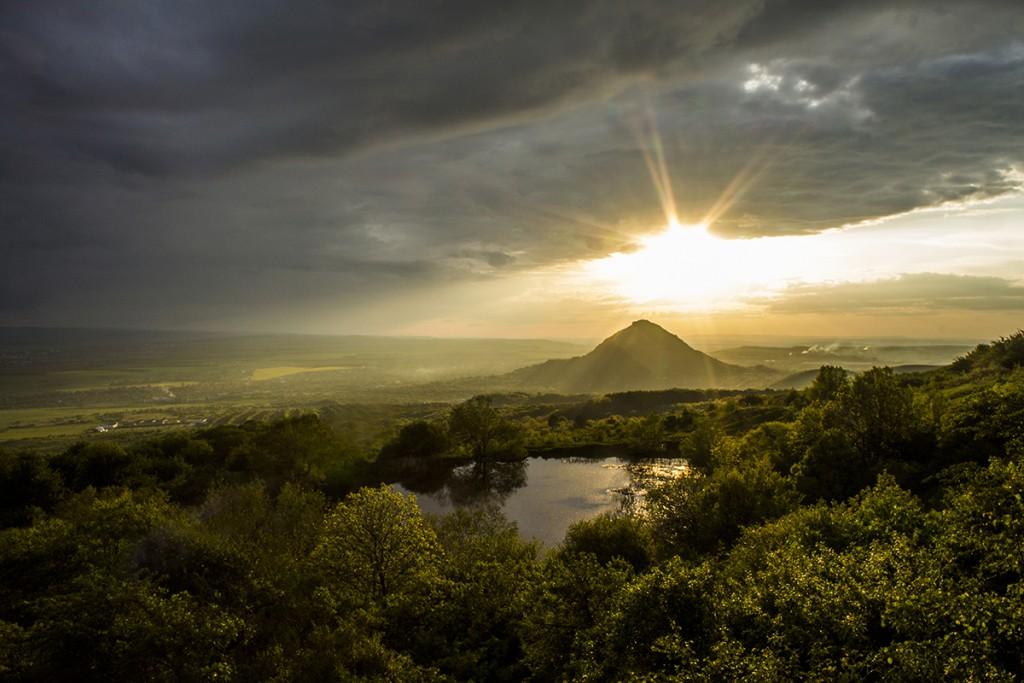 гора Шелудивая, вид с Монастырского озера у подножия горы Бештау.