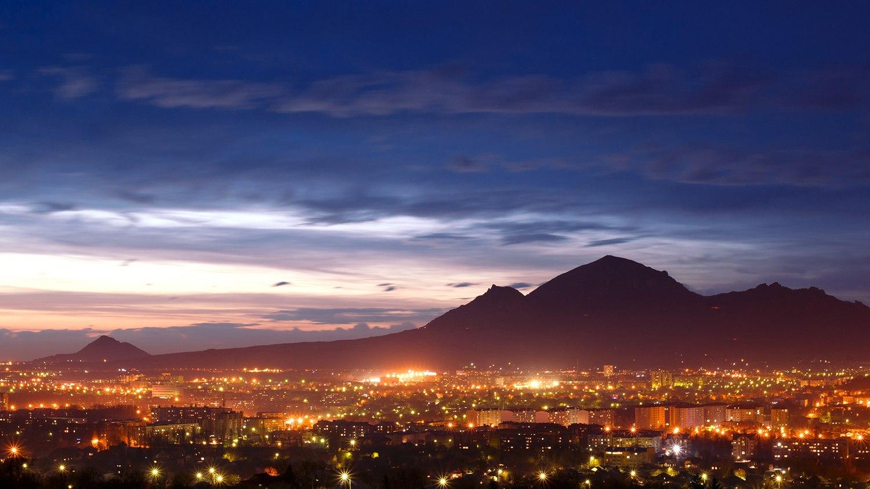 город Пятигорск вечером, огни города, гора Бештау