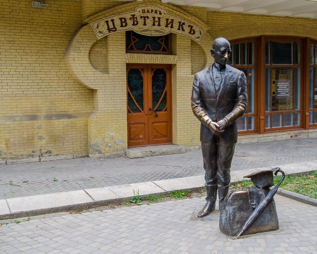 У входа в парк Цветник стоит Киса Воробьянинов, герой романа И. Ильфа и Е. Петрова  «Двенадцать стульев», город Пятигорск