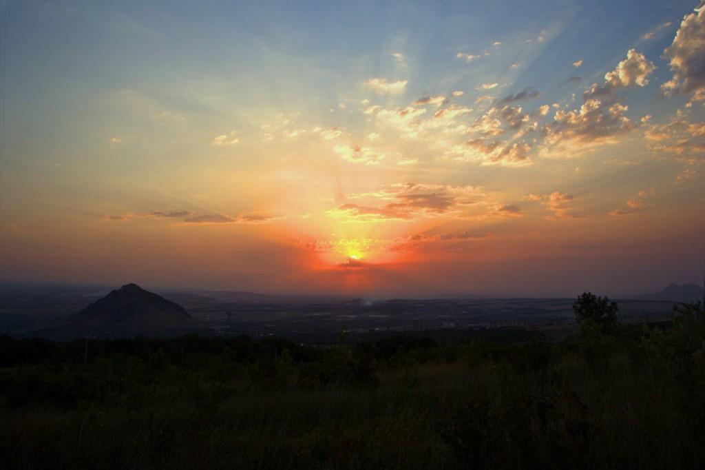 Фото заката: город Лермонтов, гора Шелудивая, гора Острая.