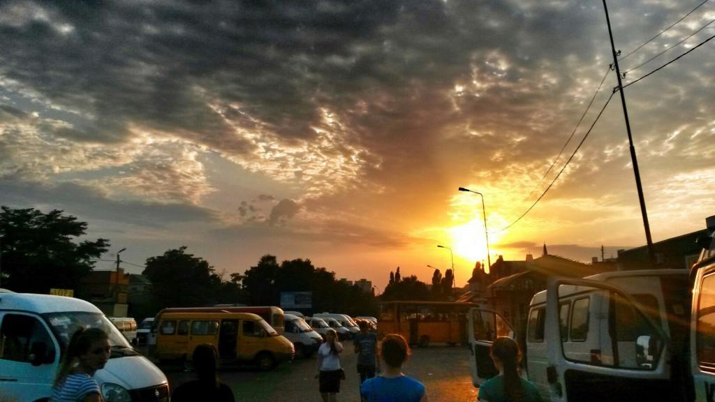 Осенний Пятигорск, сентябрь, красивый закат. Автовокзал на Верхнем рынке. Автобусы и маршрутки в лучах заходящего солнца.