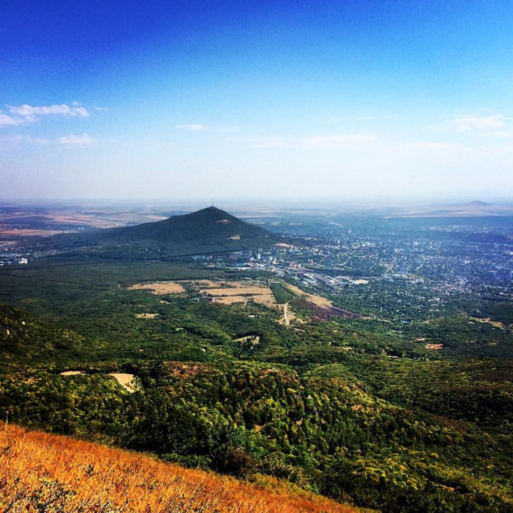 Фотография сделана с вершины горы Бештау: вид на город Пятигорск и гору Машук.
