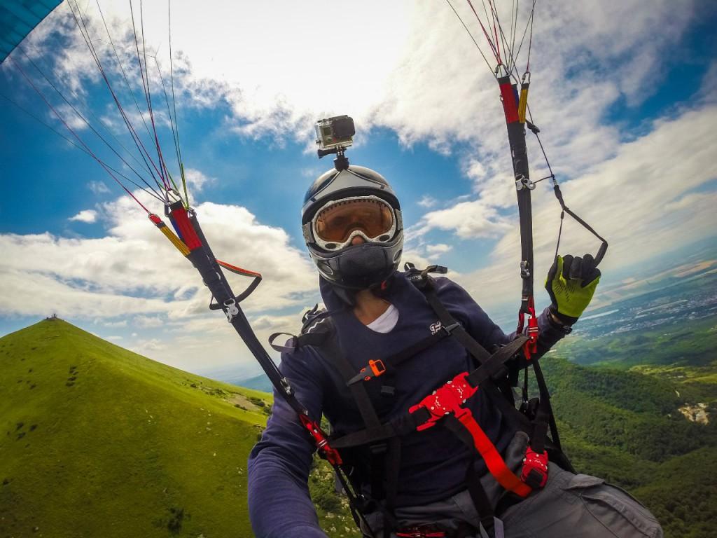 Полет на параплане над горой Бештау, город Пятигорск, парапланерист Олег Парамон