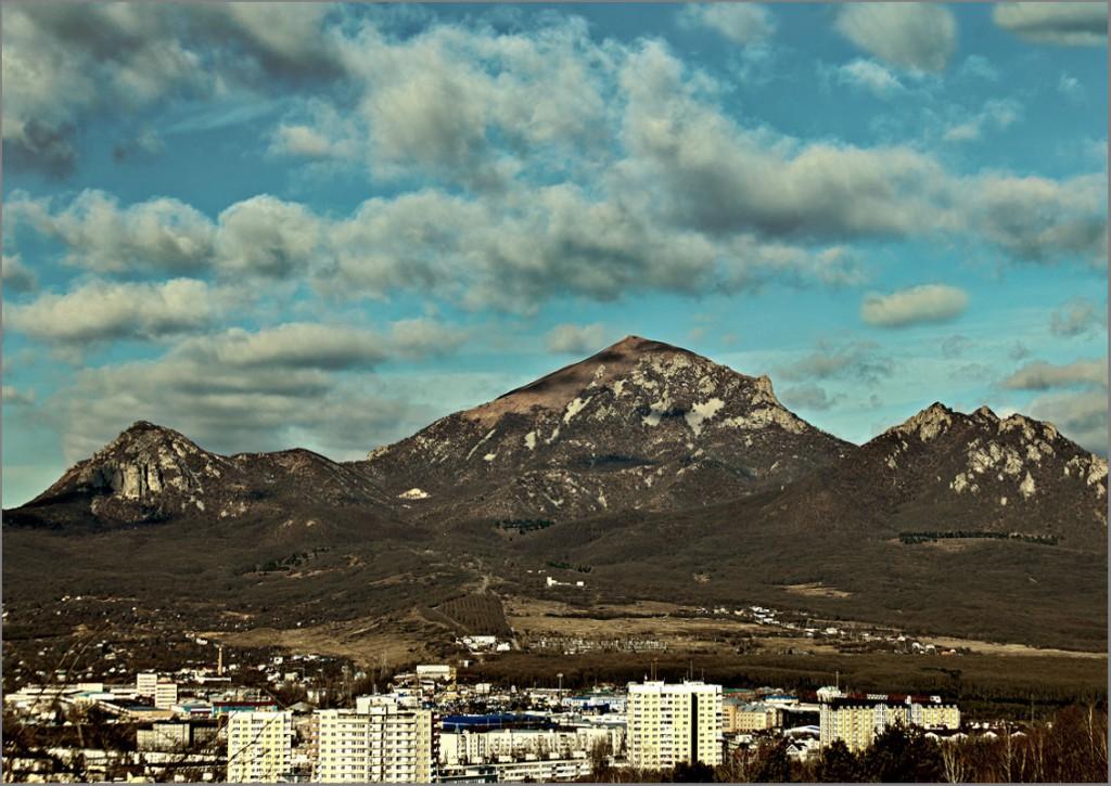 Вид на гору Бештау из города Пятигорска - 1