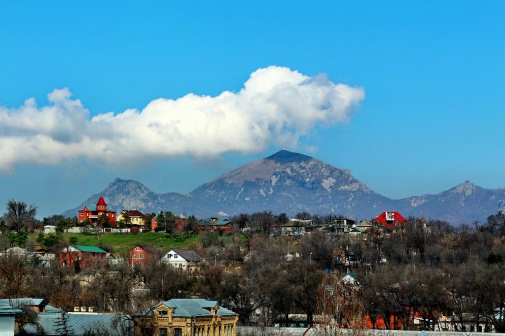 Вид на гору Бештау из города Пятигорска - 3