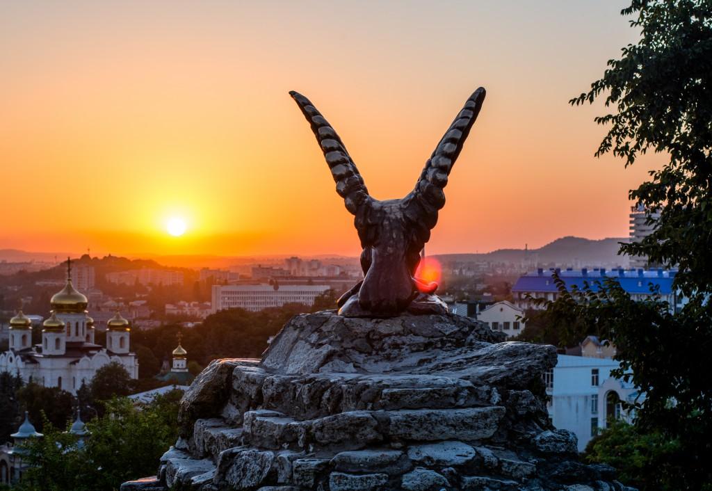Пятигорский орел, символ города и КМВ в лучах заката. Вид на Спасский собор.
