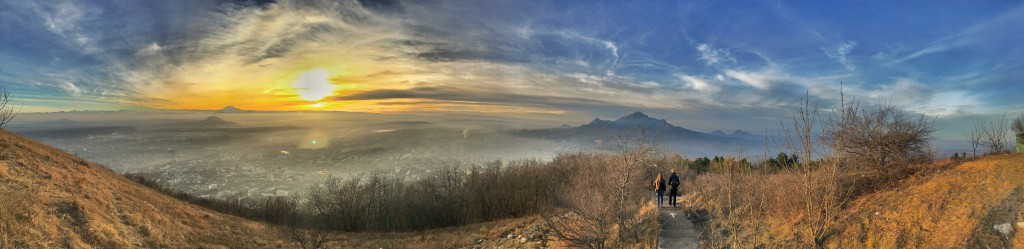 Панорама города Пятигорска в хорошем качестве. Фотография с вершины горы Машук, вид на горы: Бештау, Эльбрус, Юцу, Джуцу и другие.