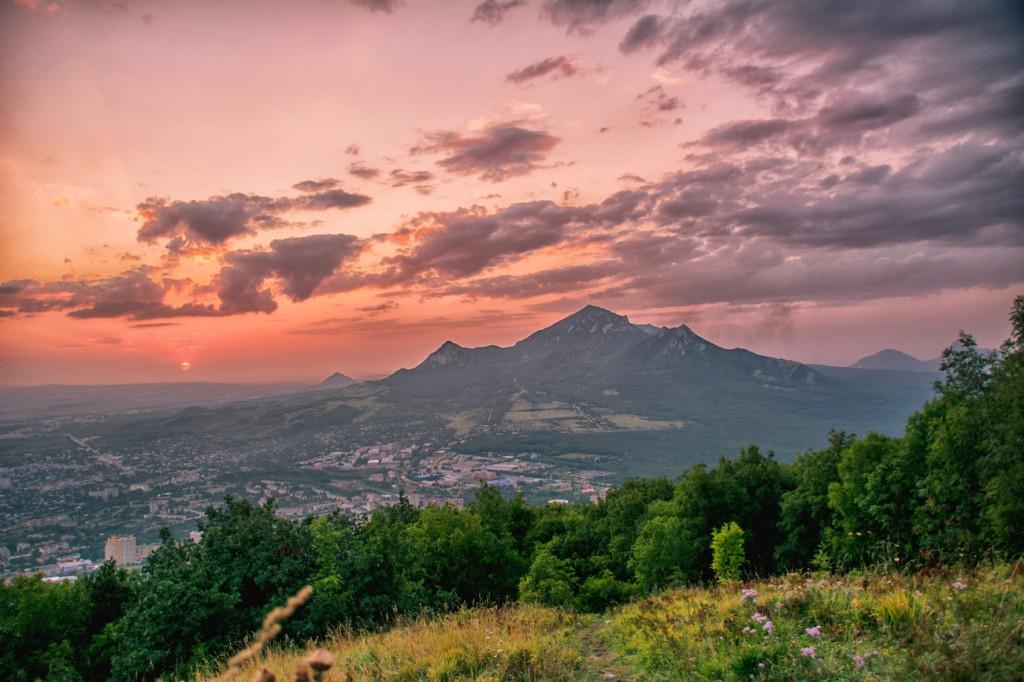Фотография заката с горы Машук. Вид на гору Бештау. Пейзаж. Город Пятигорск.