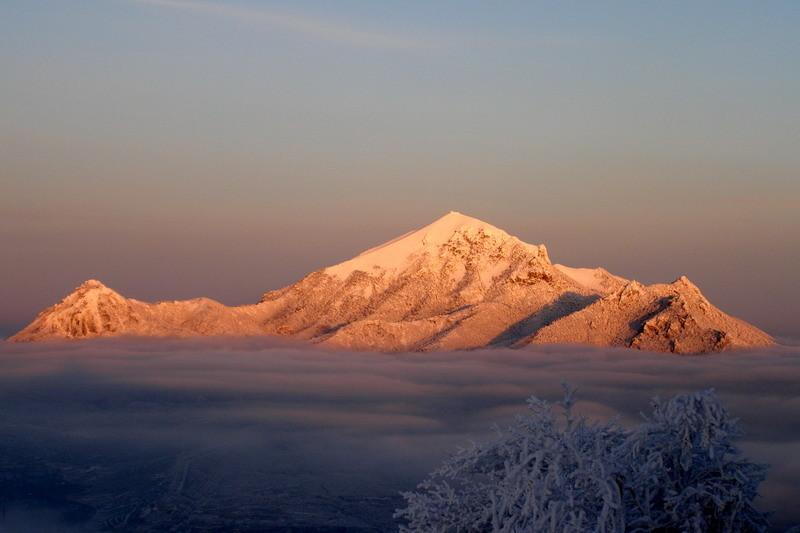 Зимний Пятигорск, гора Бештау в снегу, выше облаков