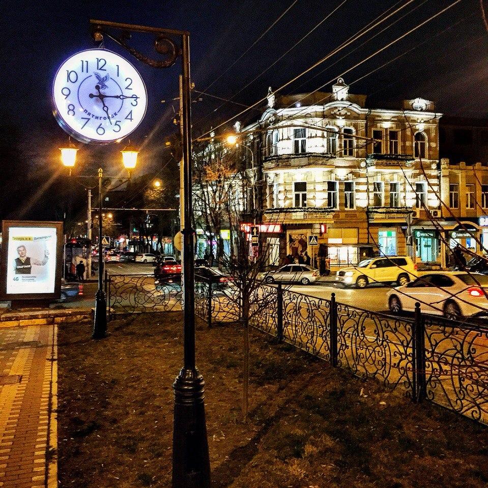 Часы на Бродвее, город Пятигорск, центр, вечерняя жизнь