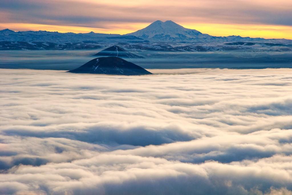 На горе Машук, выше облаков. Вид на Джуцу, Юцу, Эльбрус и Большой Кавказский хребет. Город Пятигорск и море облаков.