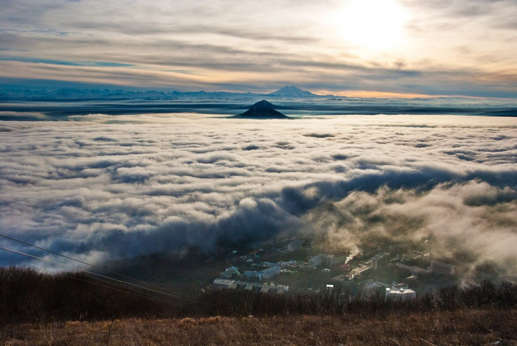 Город Пятигорск под облаками. Фотография сделана с вершины горы Машук, слева видна канатная дорога