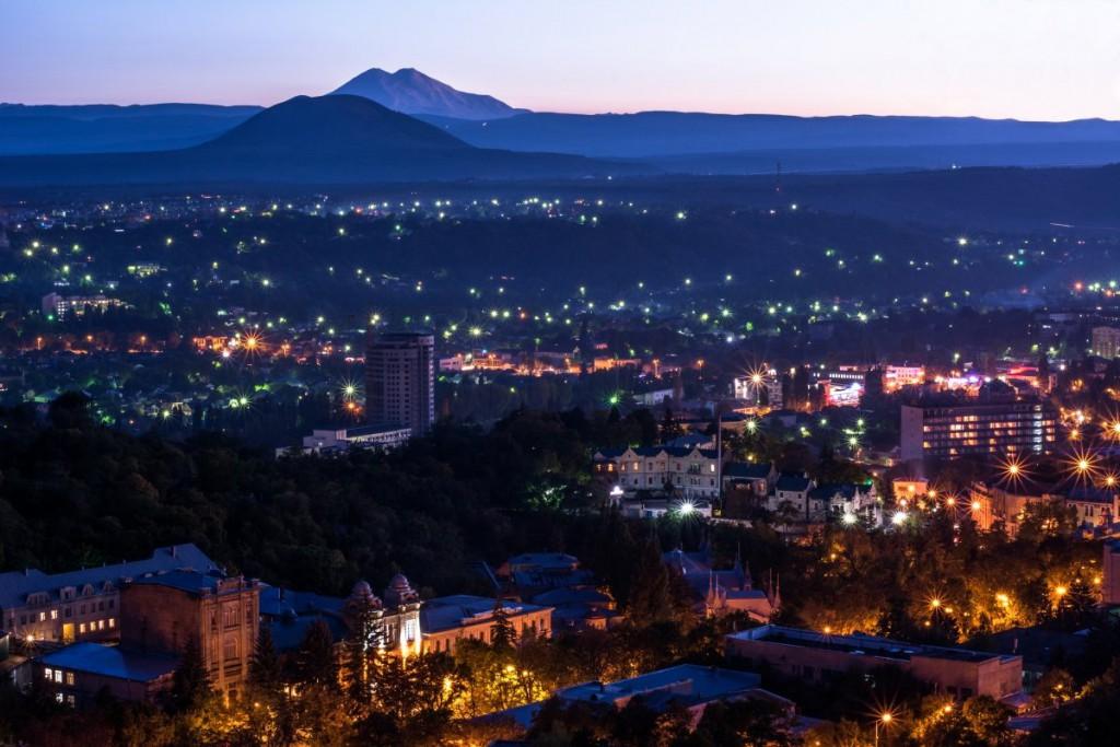Вечерний Пятигорск, фотография. Парк Цветник, гора Эльбрус и гора Джуца 1-я (Юца)