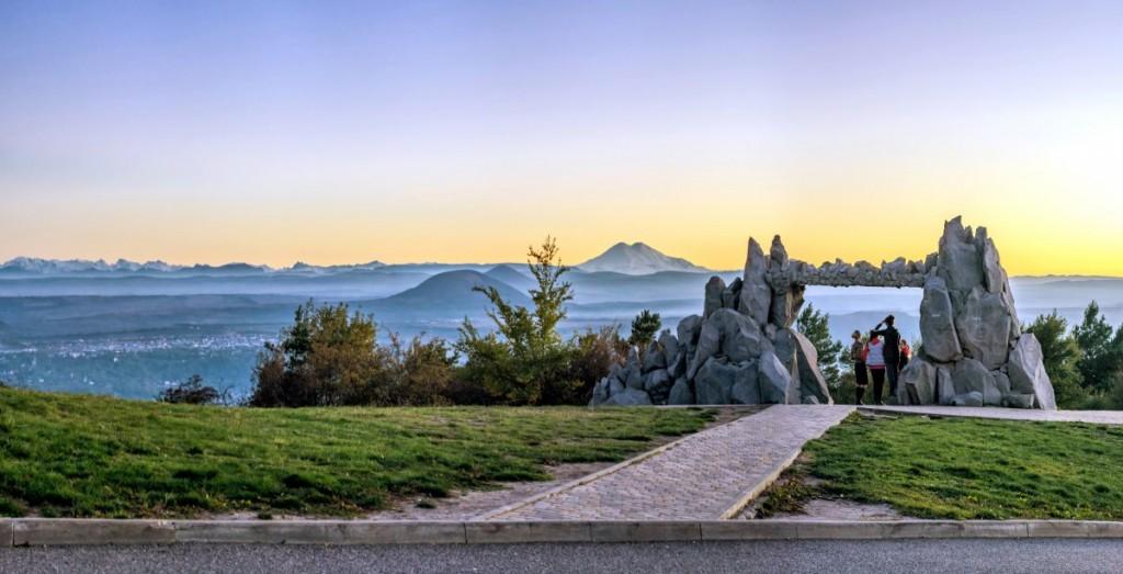 Ворота Солнца или Ворота Любви, город Пятигорск. Фото пейзажа: гора Эльбрус, Юца (Джуца 1-я) и Главный Кавказский хребет.