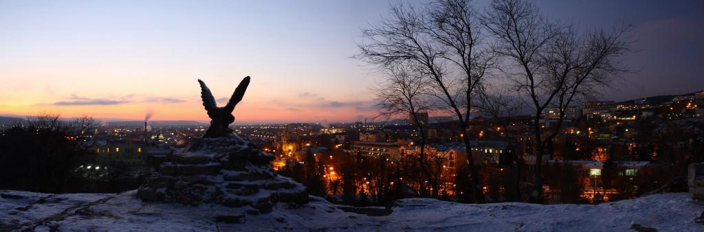 Город Пятигорск зимой, вечер, подножие горы Машук, скульптура орла