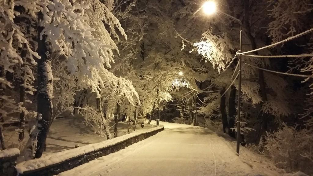 Дорога вокруг горы Машук, город Пятигорск. Зима, снежная ночь.