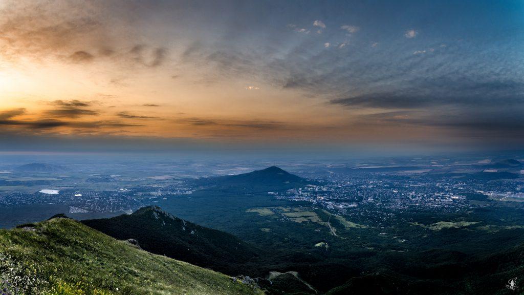Вид на Пятигорск с горы Бештау, рассвет