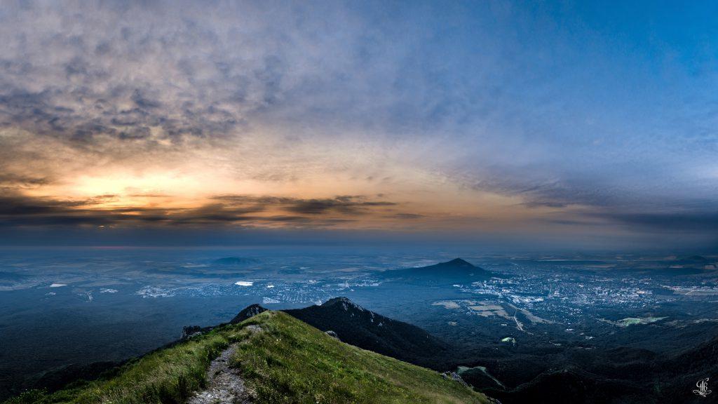 Рассвет на горе Бештау, вид в сторону поселка Энергетика, Иноземцево и города Пятигорска